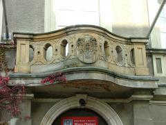 Miniatura zdjęcia: Balkon ratusza z zabytkowy herbem