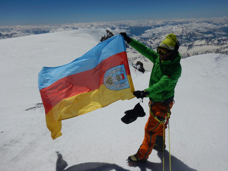 Ilustracja do informacji: Flaga Szprotawy na Elbrusie