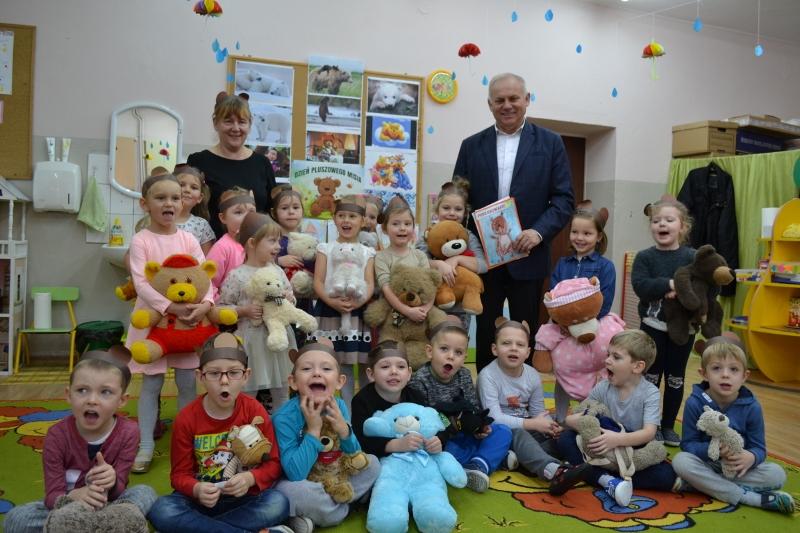 Ilustracja do informacji: Burmistrz czyta dzieciom bajki
