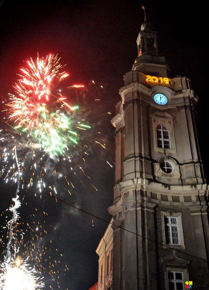 Ilustracja do informacji: Szprotawianie przywitali Nowy Rok przed ratuszem