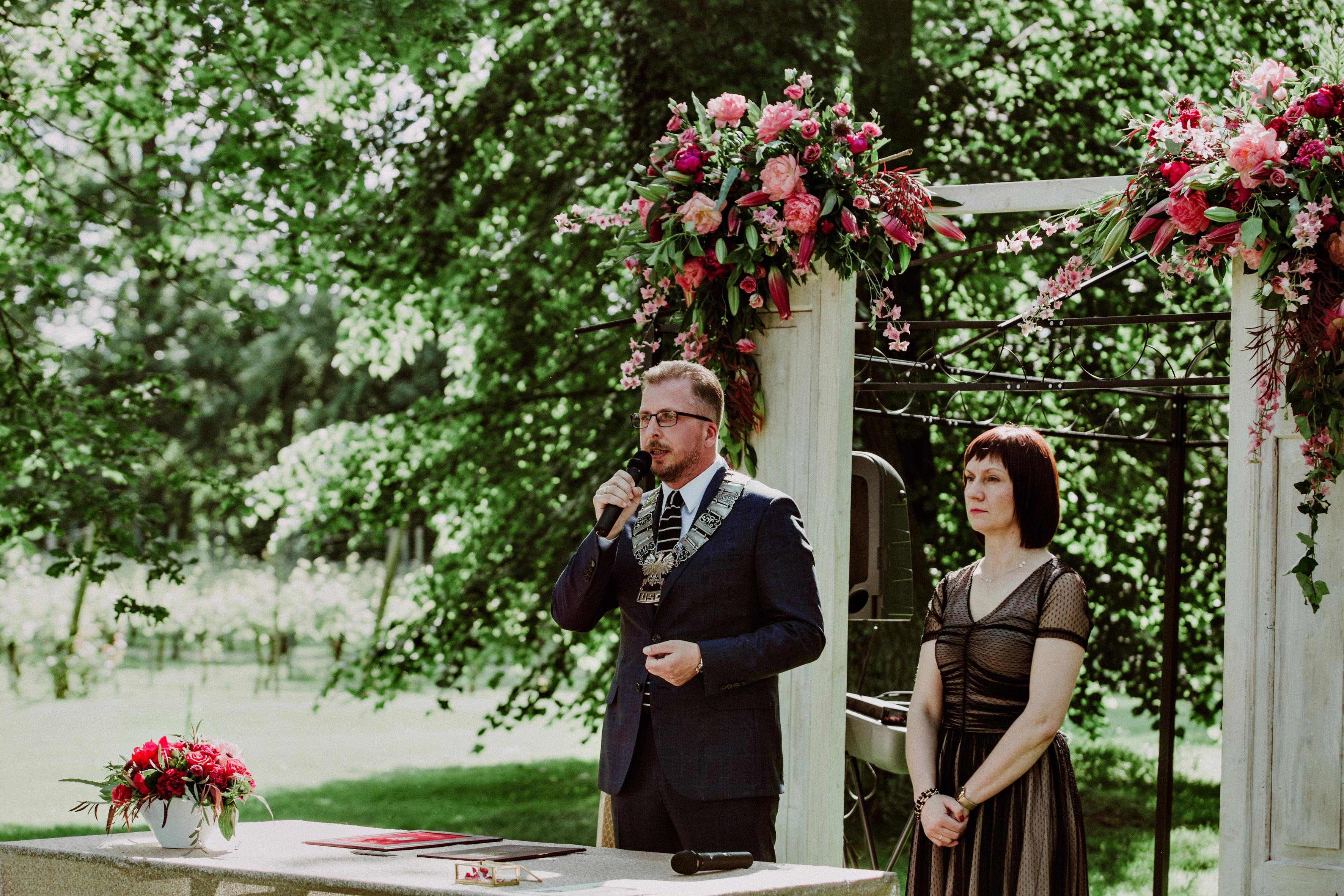 Ilustracja do informacji: Przysięga małżeńska w bajkowych sceneriach