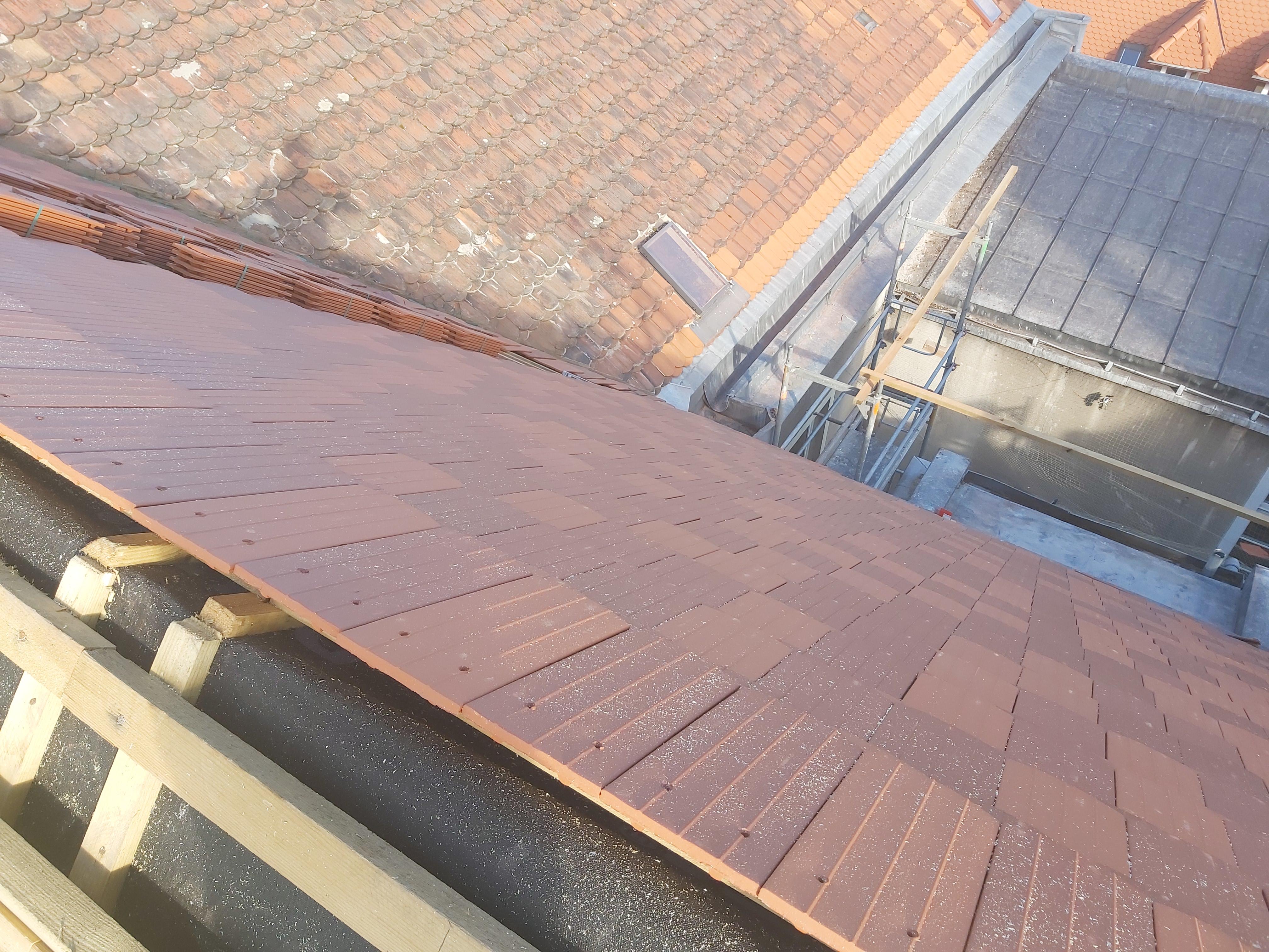 Ilustracja do informacji: Pierwsze dachówki zawitały na remontowanym dachu
