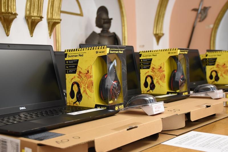 Ilustracja do informacji: Laptopy dla szkół rozdane!