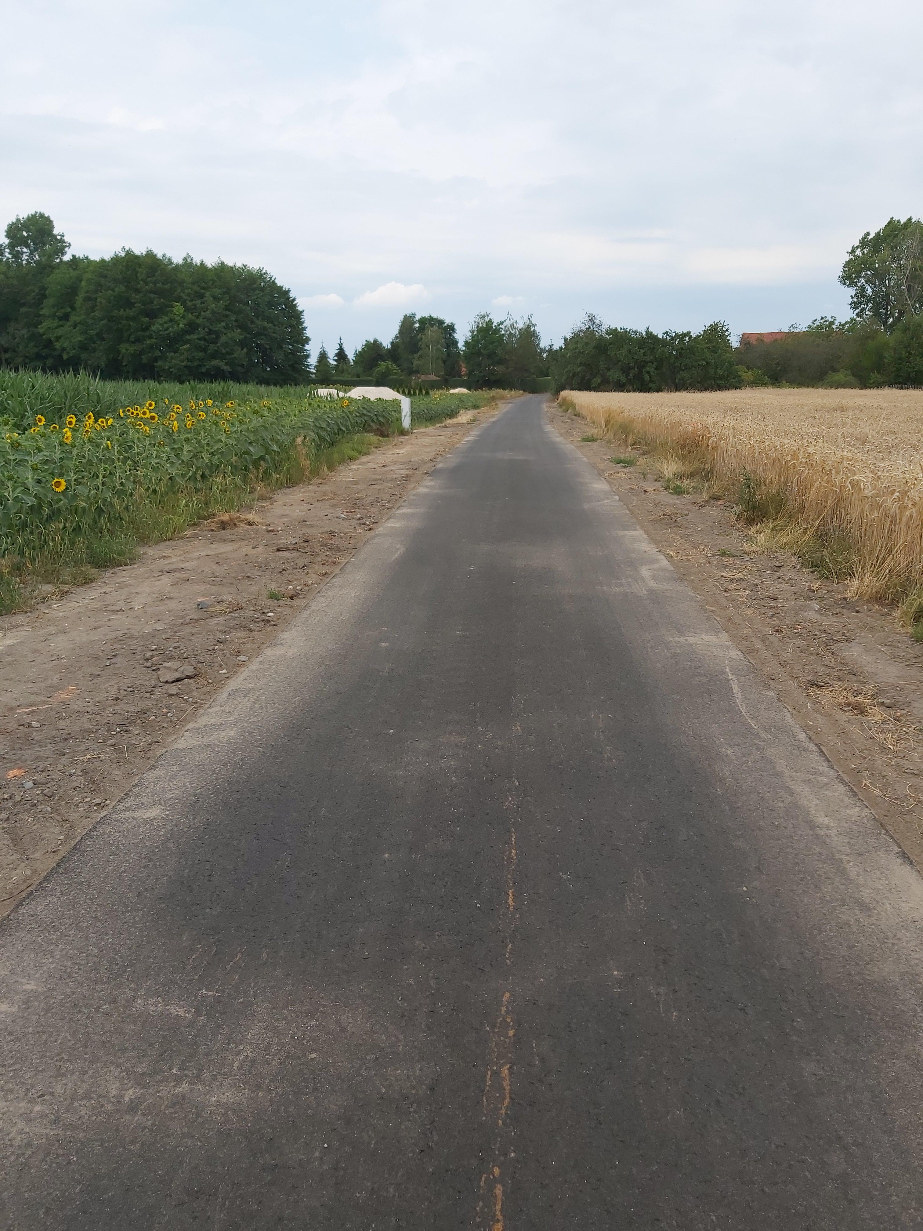 Ilustracja do informacji: Dzikowice - kolejna droga gminna zyskała nową nawierzchnię