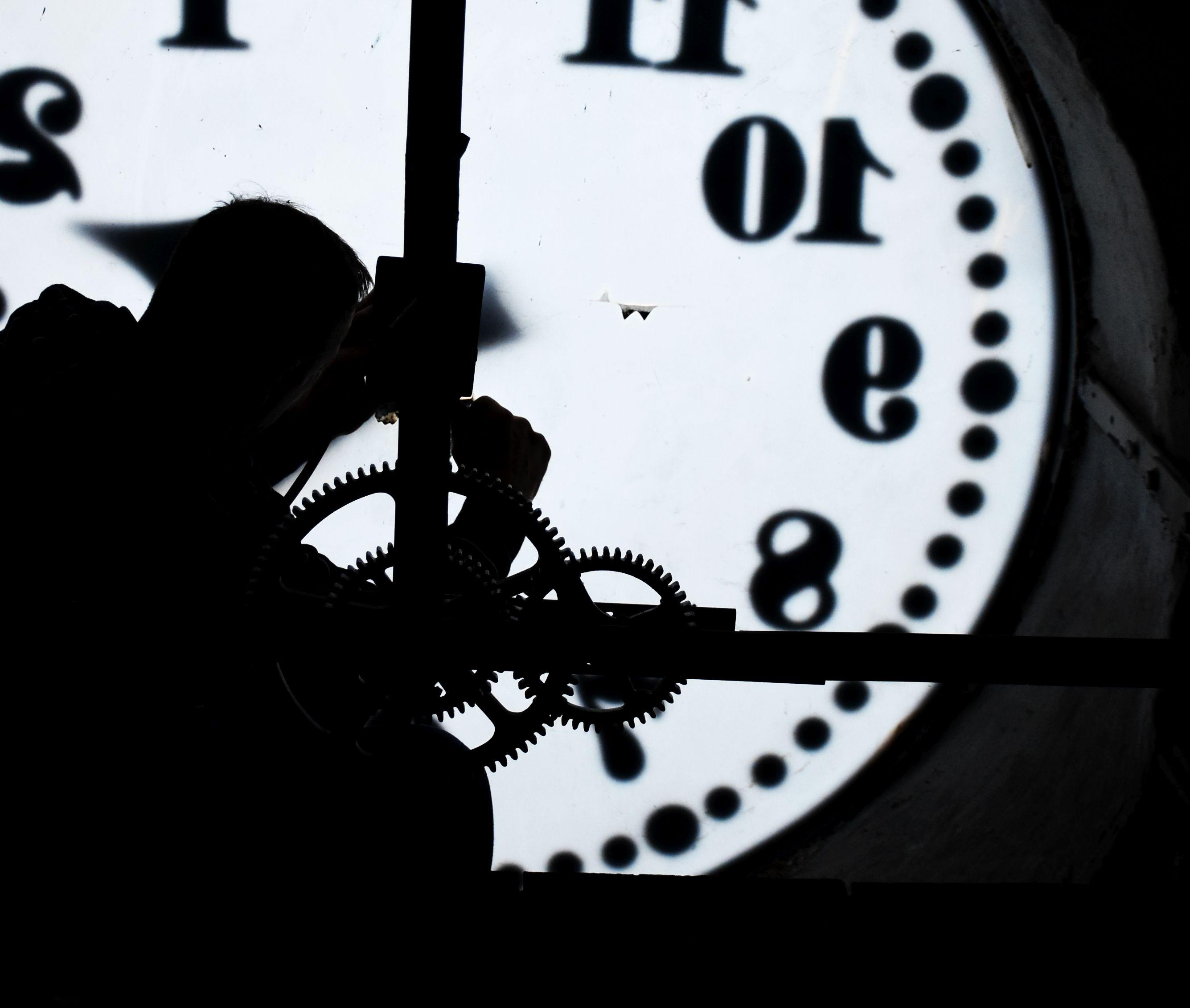 Ilustracja do informacji: Ratuszowy zegar znów odmierza czas