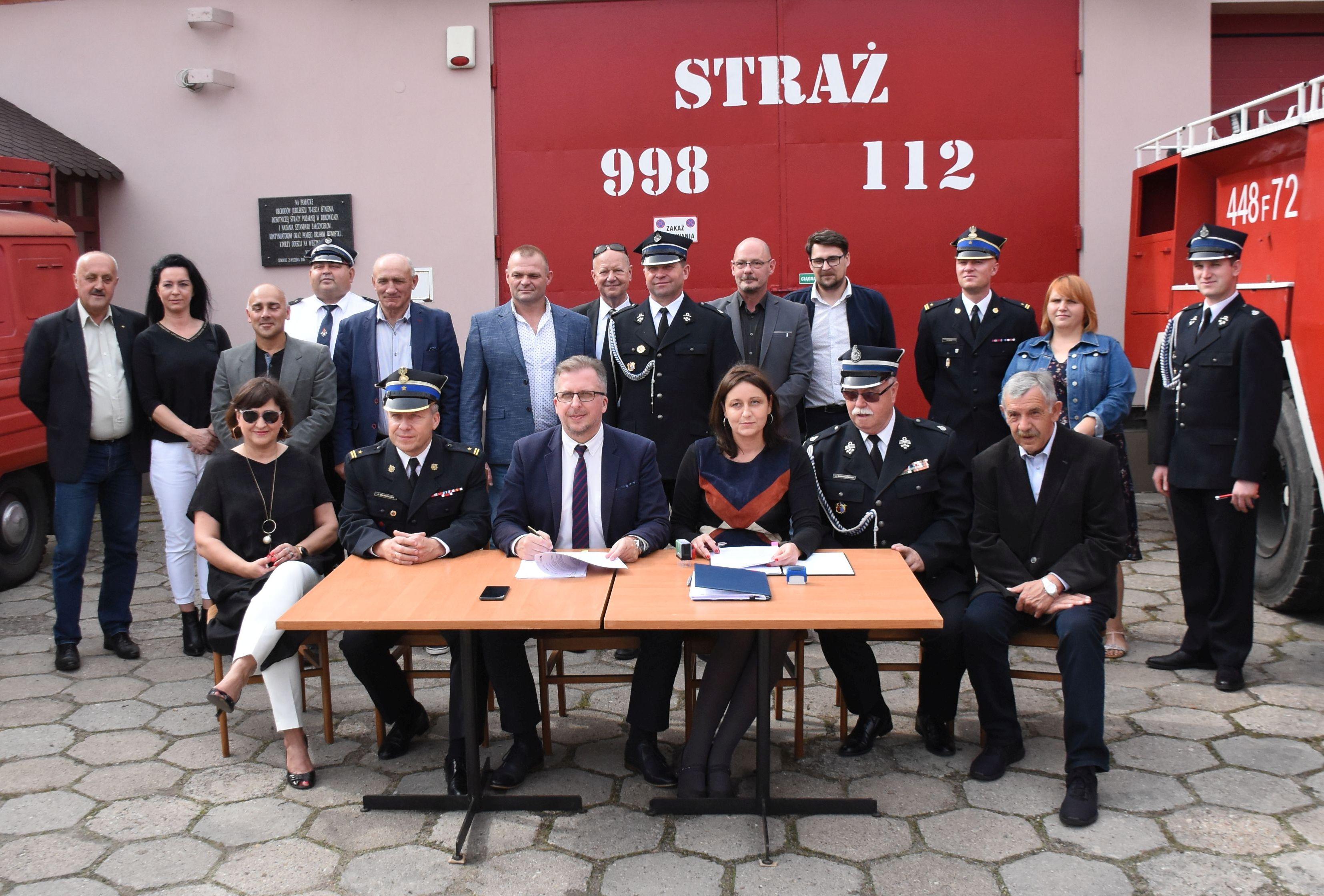 Ilustracja do informacji: Podpisanie umów na dostawy wozów strażackich